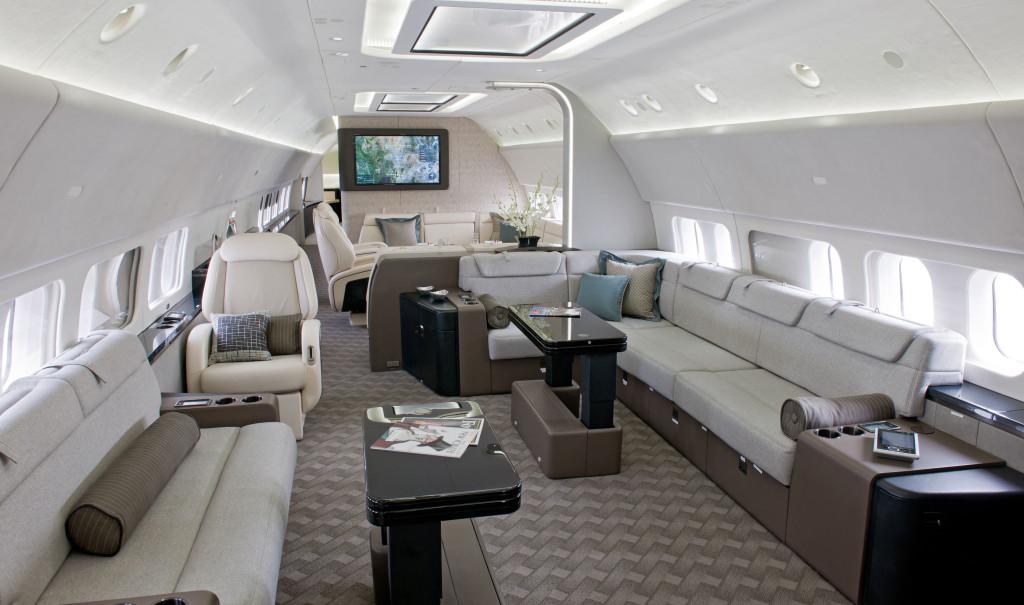 波音BBJ 波音BBJ 是波音737-700的高性能衍生机型。专为企业家和VIP客户而设计的私人飞机,BBJ将737-700宽敞的客舱(76平米)和737-800宽大的机翼风格完美的结合到一起。这种量身定制的完美结合使得BBJ的跑道距离仅为1830米,却能连续飞行6000海里(14个小时) 76平米的宽敞客舱为您提供足够的空间,使您如逛公园,漫步自如。宽敞的空间不仅可以增加身体血液循环使身体倍感舒适,而且改变了以往公务机狭小空间的设计,惠予乘客美好的心情,令其身心俱佳,不再承受飞行时差的困扰。深受团体包机